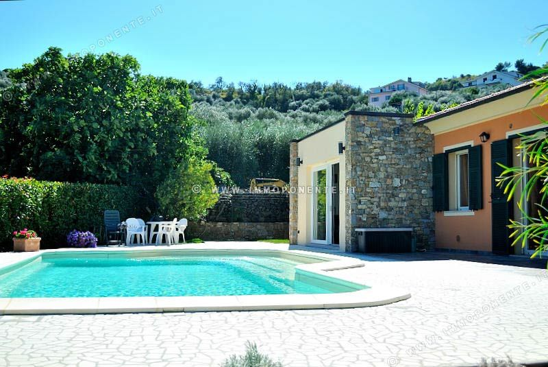 Agenzia immobiliare immoponente imperia in vendita for Ville moderne con piscina